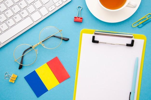 Leere zwischenablage neben der rumänischen flagge