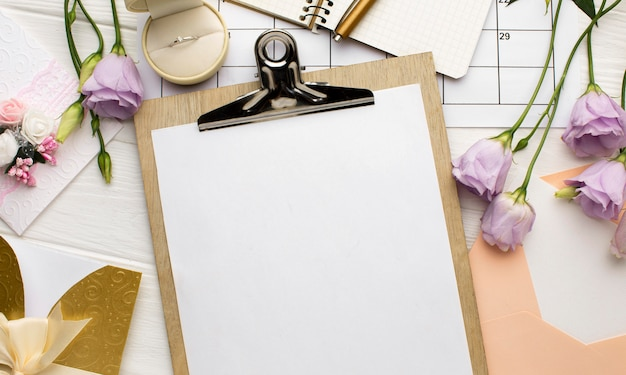 Leere zwischenablage papiere hochzeit planer