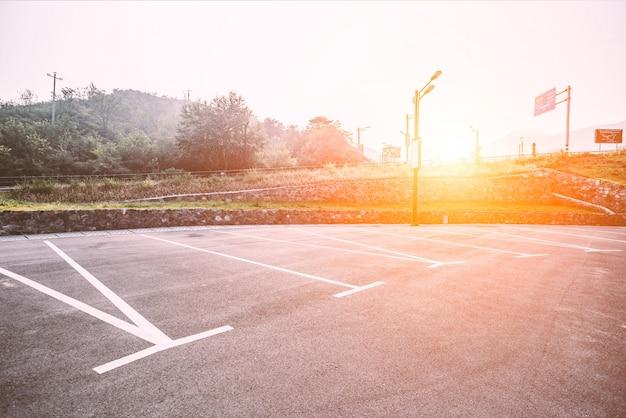 Leeren parkplatz bei sonnenaufgang