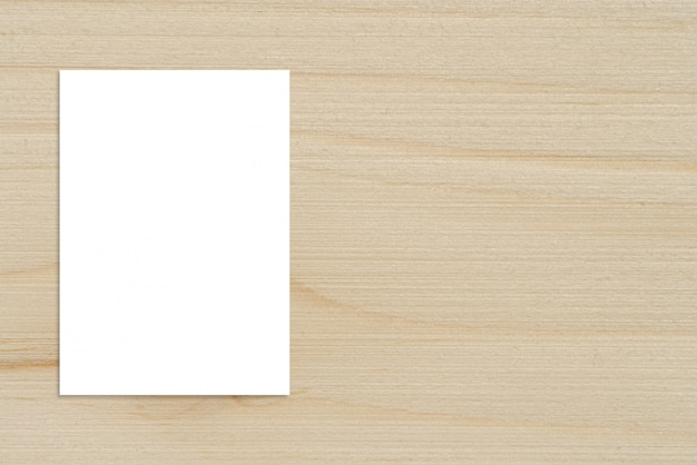 Leeren sie das gefaltete papierplakat, das an der hölzernen wand, schablonenmodell für das hinzufügen ihres designs hängt.
