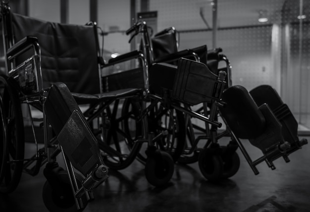 Leeren sie den rollstuhl im krankenhaus nachts für servicepatienten und behinderte menschen.