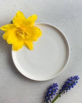 Leeren sie die weiße platte, um ihre produkte oder ihren text in den farben gelb und lila einzufügen