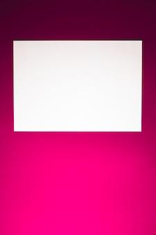 Leeren sie ein weißes papier auf rosafarbenem hintergrund als büromaterial flach, luxus-branding flach und bh ...