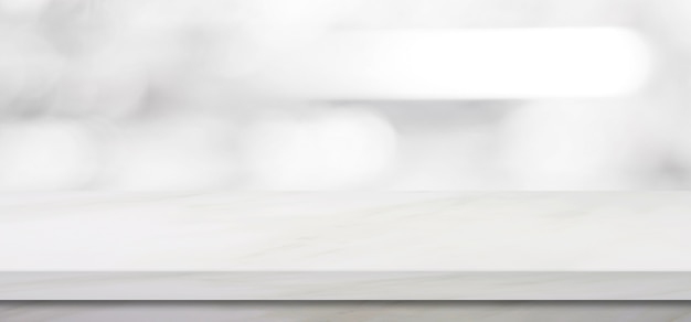Leeren sie weiße marmortabelle über unschärfespeicherhintergrund, fahne, produktanzeigenmontage