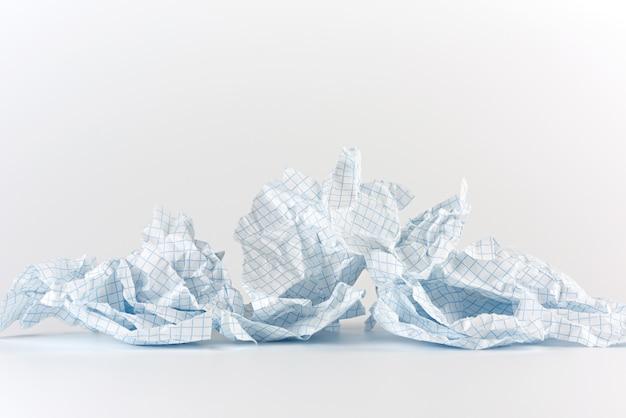 Leeren sie zerrissene blätter papier von notizbuch zu zelle
