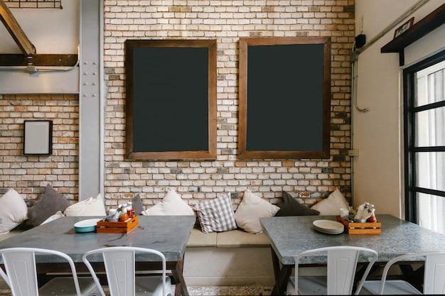 Leeren sie zwei black boards auf backsteinmauer und dinning table unten.