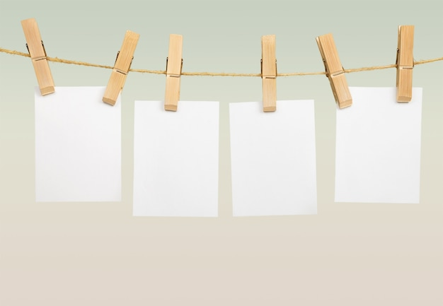 Leeren weißen kartenrahmen an stange aufhängen