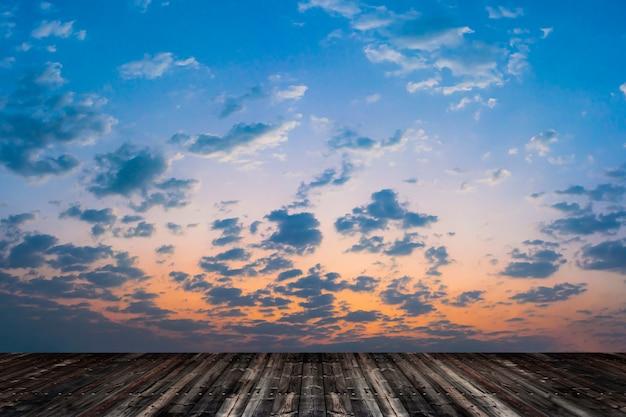 Leerer alter holzfußboden mit blauem himmel.