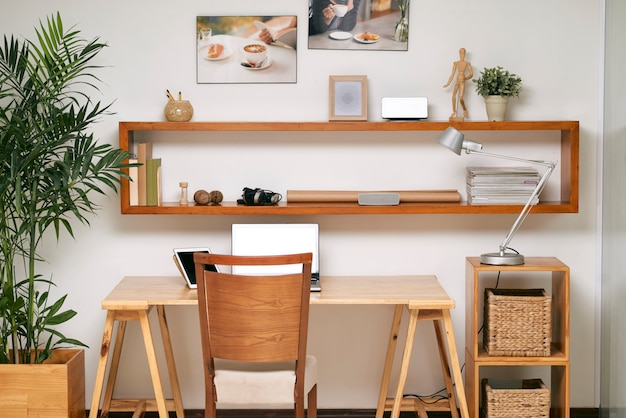 Leerer arbeitsplatz im büro