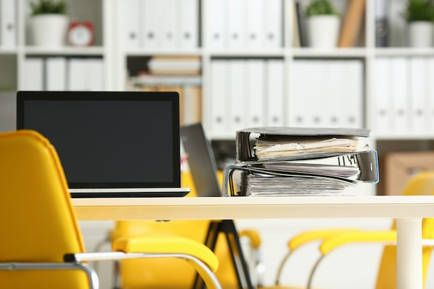 Leerer arbeitsplatz in büronahaufnahme