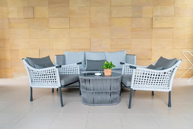 Leerer außenterrassenstuhl und tisch mit kissen