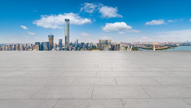 Leerer backsteinboden mit skyline-hintergrund der stadt