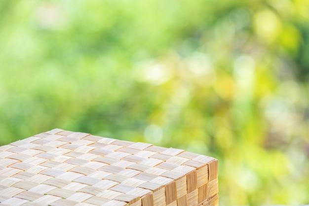 Leerer bambusholzboden auf bokeh-naturhintergrund.