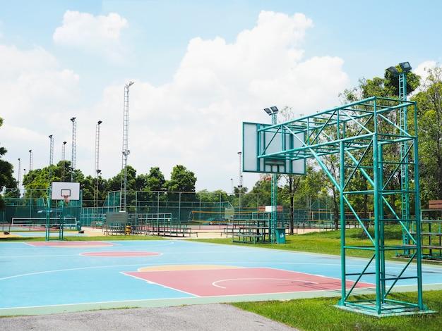 Leerer basketballplatz im freien