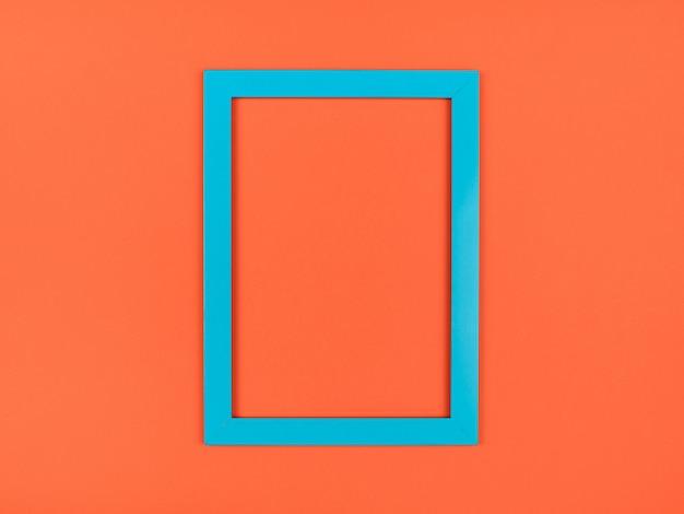 Leerer bilderrahmen auf strukturiertem pastellorangenem hintergrund