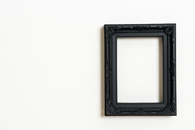 Leerer bilderrahmen auf weißem wandhintergrund mit kopienraum