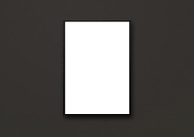 Leerer bilderrahmen, der an einer schwarzen wand hängt. präsentationsmodell vorlage