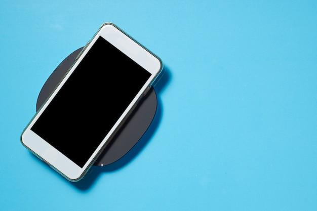 Leerer bilderrahmen mit smartphone