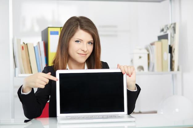 Leerer bildschirm der geschäftsfraushow ihres laptops