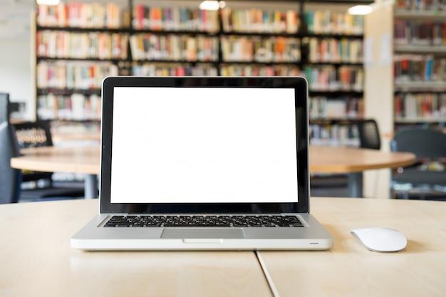 Leerer bildschirm des laptops in der bibliothek und im büro