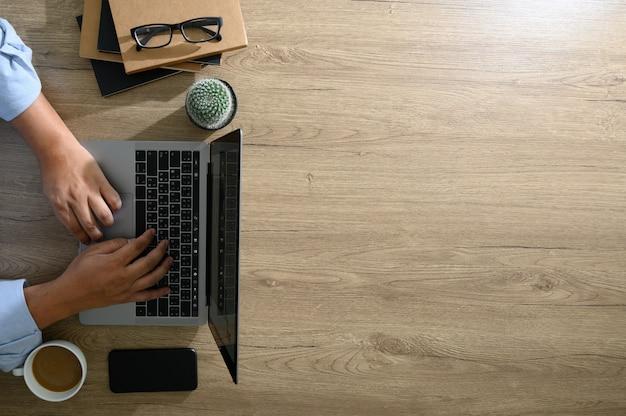 Leerer bildschirm, flacher lagentischplattenschreibtisch auf hölzernem bürodesktop