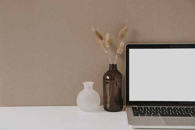 Leerer bildschirm laptop. arbeitsbereich des home-office-schreibtischs