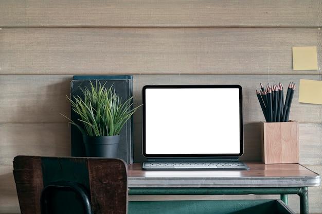 Leerer bildschirm laptop-computer auf altem holztisch.