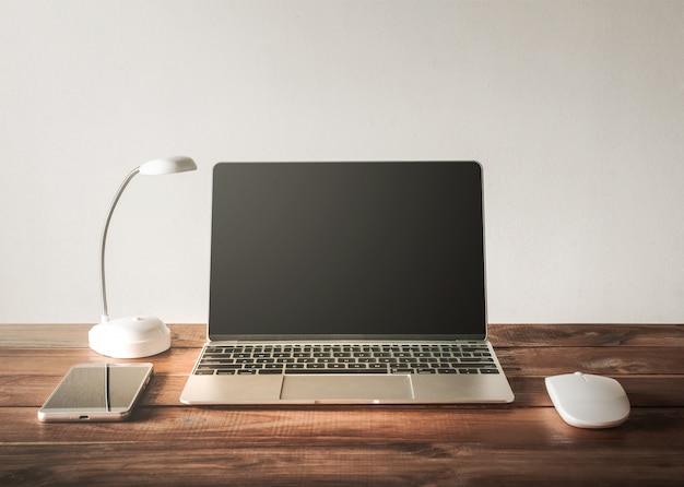 Leerer bildschirm laptop, handy, maus, auf arbeitstabelle