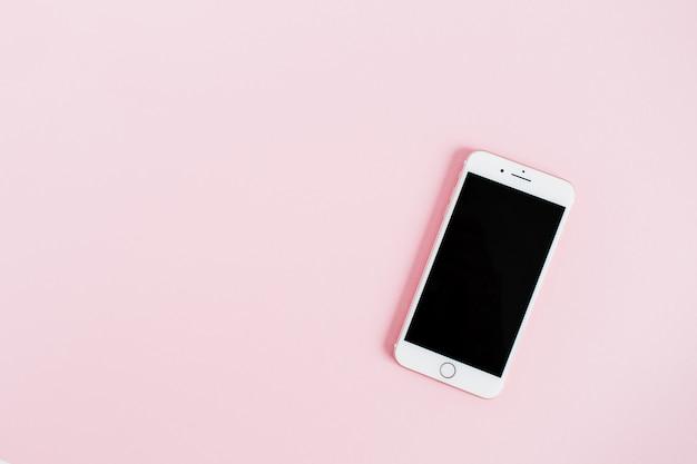 Leerer bildschirm smartphone auf rosa hintergrund isoliert