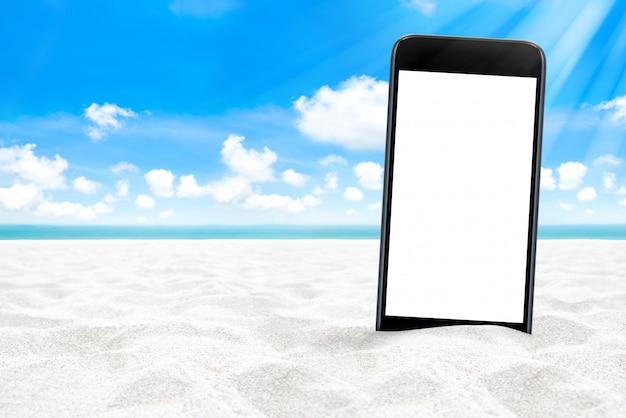 Leerer bildschirm smartphone auf weißem sandstrand