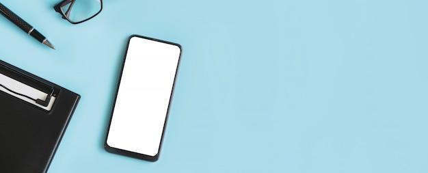 Leerer bildschirm smartphone- und dateiordner auf dem schreibtisch mit kopierplatz, draufsicht