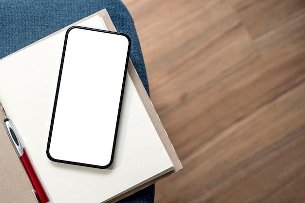 Leerer bildschirm smartphone und notebook der draufsicht mit kopienraum.