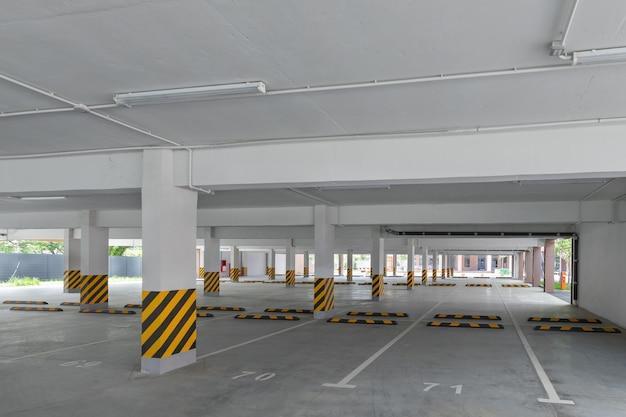 Leerer bodenparkplatz im hof eines modernen hausneubaus