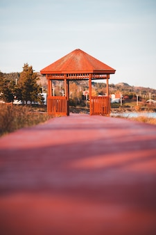 Leerer brauner pavillon unter klarem himmel