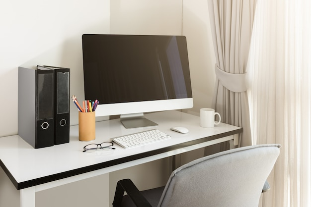 Leerer computerdesktop mit tastatur, tagebuch und anderem zubehör auf weißer tabelle