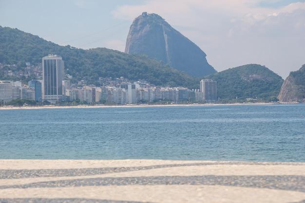 Leerer copacabana-strand, während der zweiten welle der coronovirus-pandemie in rio de janeiro, brasilien.