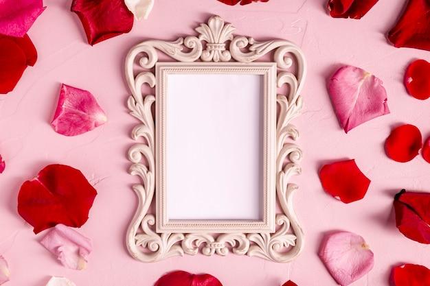 Leerer dekorativer rahmen mit den rosafarbenen blumenblättern