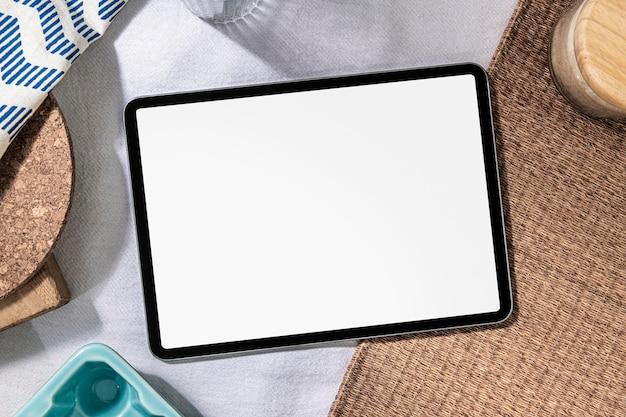 Leerer digitaler tablet-bildschirm auf einem tisch