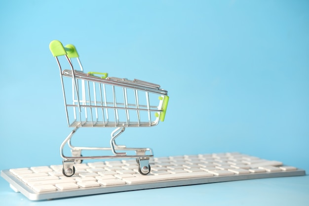 Leerer einkaufswagen auf tastatur