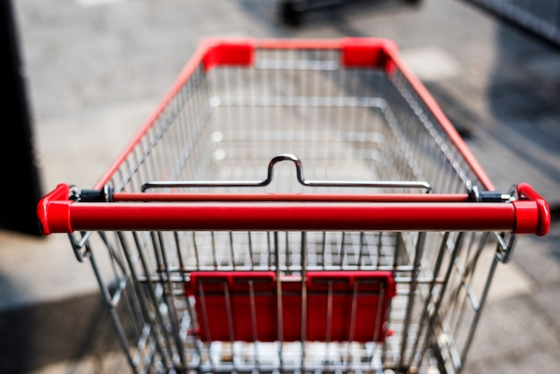 Leerer einkaufswagen nach draußen verlassen