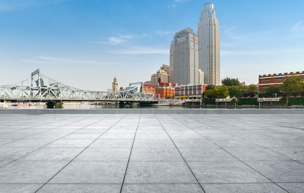 Leerer fliesenboden und städtische skyline, tianjin-porzellan.