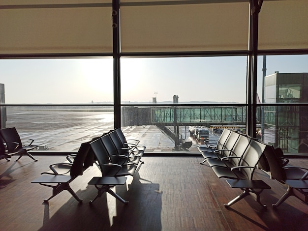 Leerer flughafen. wartebereich im flughafen. flugverspätung stornierung. reise- und urlaubskonzept.