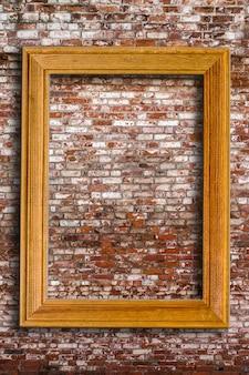Leerer fotorahmen auf alter backsteinmauer