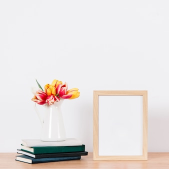 Leerer fotorahmen auf tabelle