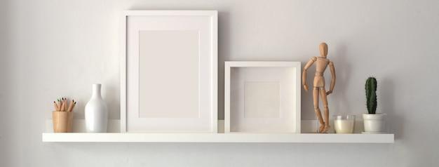 Leerer fotorahmen und dekorationen auf regal mit weißer wand