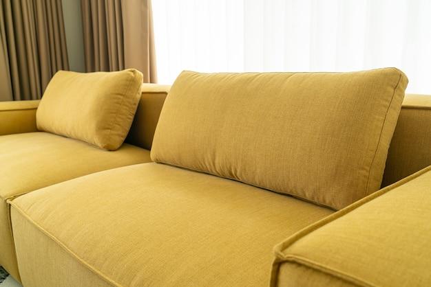 Leerer gelber stoffsofadekorationsinnenraum im wohnzimmer zu hause