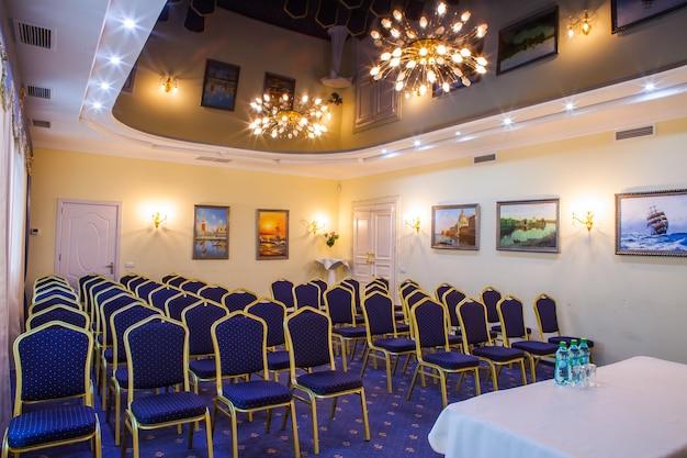 Leerer geschäftsmeeting- und konferenzraum