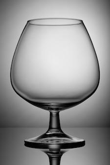 Leerer glasschnüffler am bein. für getränke.