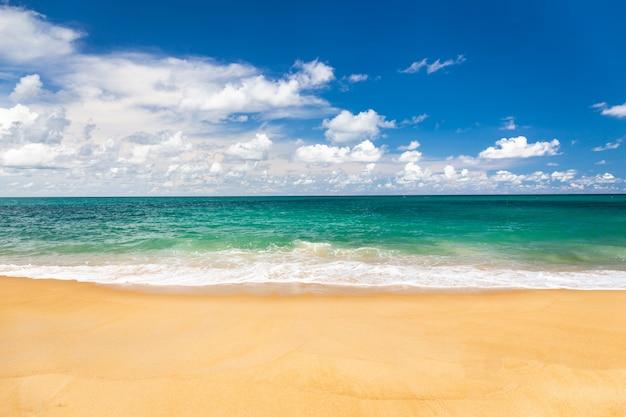 Leerer himmel und meer- und strandhintergrund mit kopienraum bei phuket thailand