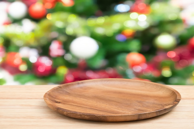 Leerer hölzerner behälter-tisch der perspektive und weihnachtsbaum verwischen dekorationshintergrund,
